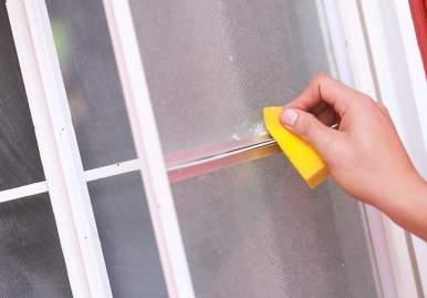 Как можно очистить скотч от пластикового окна: обзор эффективных средств в Москве